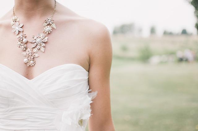 結婚式までにデコルテを美白したい!4つのよく効く対策で綺麗な花嫁に!