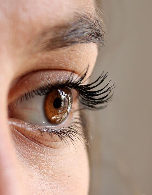 目の下のしわを目立たなくする下地の塗り方と凹みを物理的に消す方法