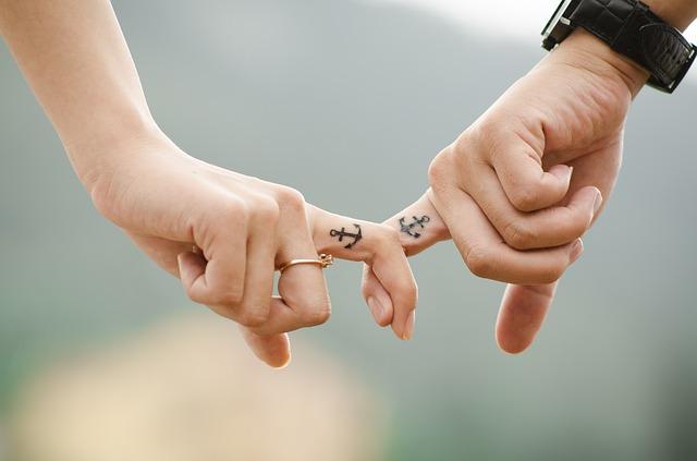 彼氏と手を繋ぎたいのに手汗がすごい!一瞬でサラサラになる驚きの秘密を公開!